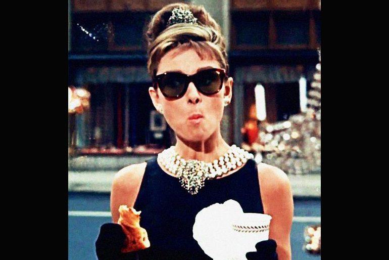 Audrey Hepburn mange un croissant